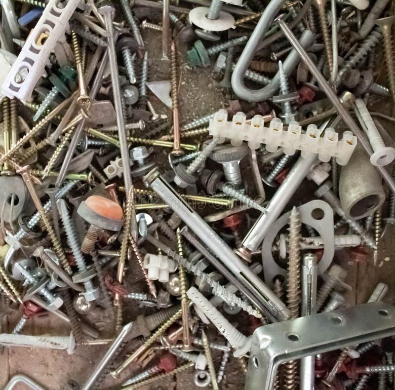Vite arrugginita su un fondo di legno, concetto del meccanico, concetto della PMI fondo d'acciaio Mucchio del residuo di metallo, immagini stock