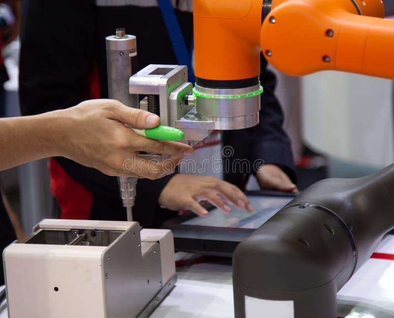 Vite automatizzata che stringe il braccio del robot immagine stock libera da diritti