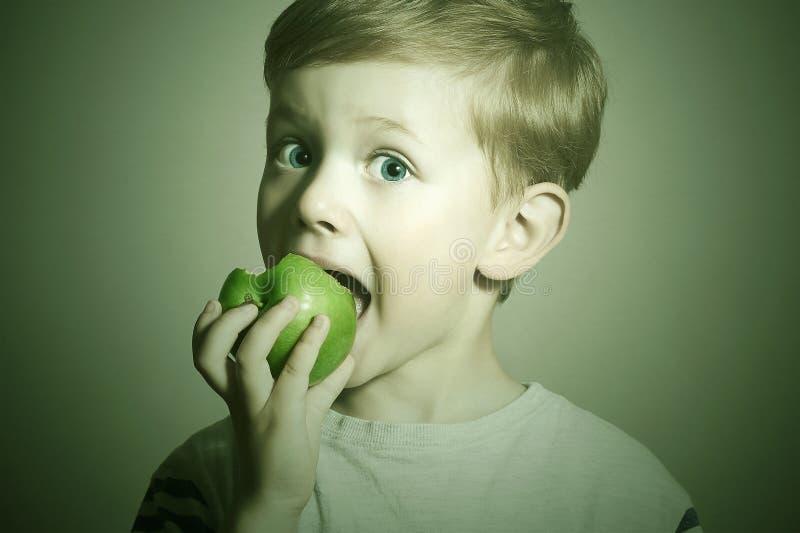 vite dziecko z jedzenia Mała Śmieszna chłopiec z zielonym jabłkiem tła kukurydzanych płatków karmowych zdrowie makro- pracowniany fotografia royalty free