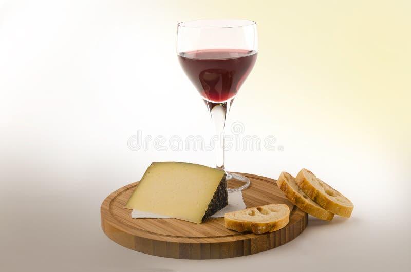 Vite rossa in un vetro con formaggio e pane 2 fotografia stock libera da diritti