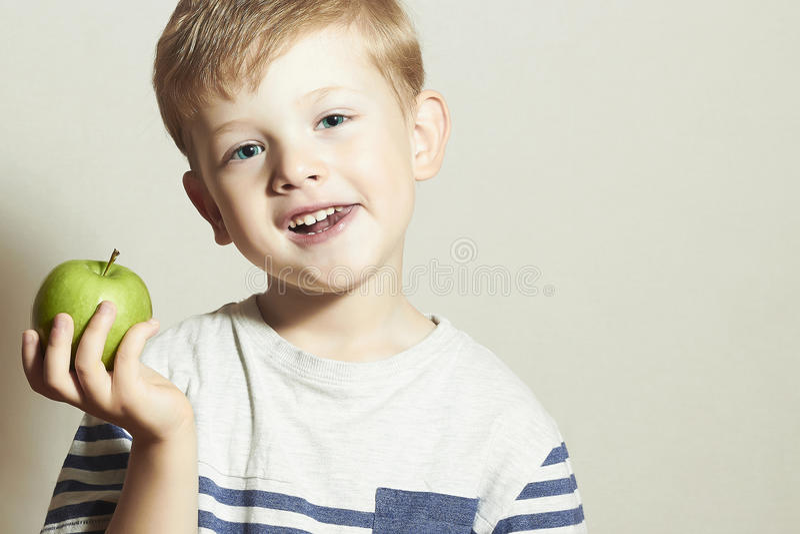 vite Uśmiechnięty dziecko z jabłkiem Little Boy z zielonym jabłkiem tła kukurydzanych płatków karmowych zdrowie makro- pracownian obrazy stock