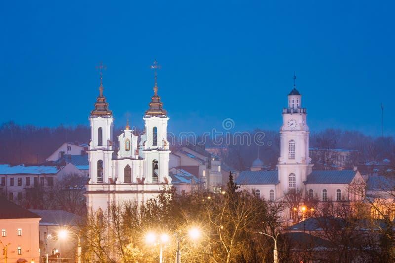 Vitebsk, Bielorrússia A opinião da noite da noite de marcos famosos é igreja imagens de stock