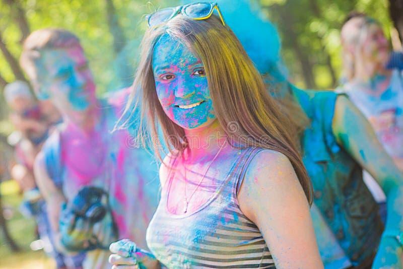 Vitebsk, Bielorrusia - 4 de julio de 2015: Primer feliz de la cara de la mujer en el festival del color de Holi foto de archivo