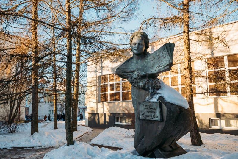 Vitebsk, Bielorussia Monumento al poeta sovietico, scrittore di prosa, traduttore immagine stock libera da diritti