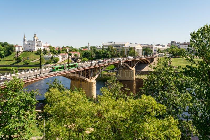 VITEBSK - 21 mei, 2018: Kirovskybrug en de Uspenskiy-kathedraal stock foto