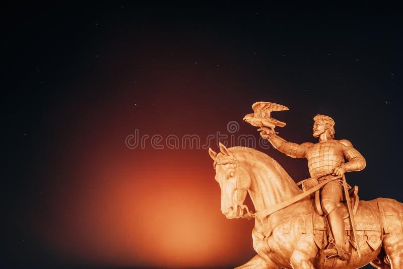 Vitebsk, Weißrussland Monument zu Algirdas With Falcon In Hand auf Hintergrund-sternenklarem Himmel lizenzfreie stockfotografie