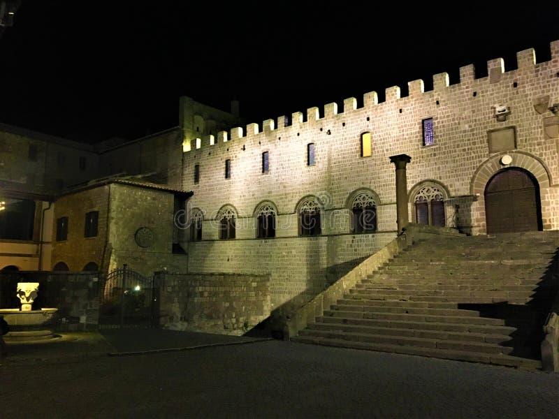 Viterbo, ciudad antigua medieval cerca de Roma, Italia Palacio papal, cuadrado, escalera, noche, sombras y luz foto de archivo libre de regalías