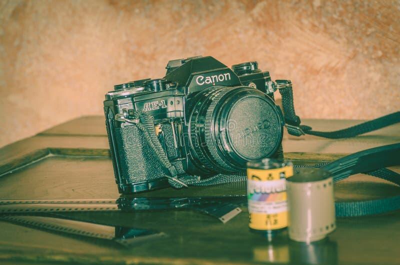 Viterbo Itália 16/03/2018 de câmera análoga velha do cânone com tiras dos negativos fotos de stock