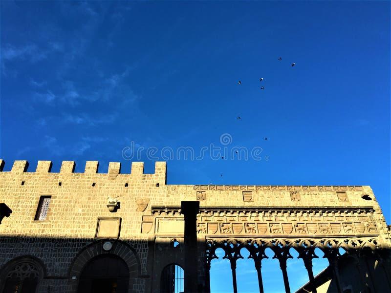 Viterbo, uma cidade antiga na região de Lazio, Itália Detalhes, arte, céu e pássaros da construção histórica fotografia de stock