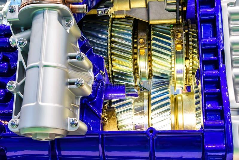 Vitesse à l'intérieur de moteur à combustion interne de plan rapproché de voiture image libre de droits