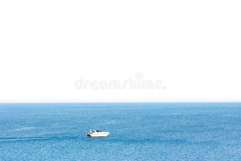 Vitesse de bateau en mer bleue avec d'isolement sur le fond blanc Thaïlande image libre de droits