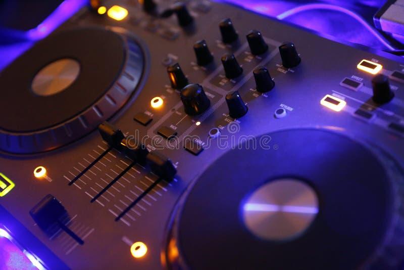 Vitesse de contrôle du DJ, partie électronique de nuit photographie stock libre de droits