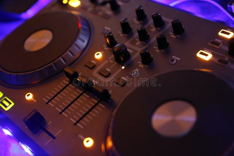 Vitesse de contrôle du DJ, partie électronique de nuit photo libre de droits