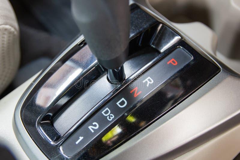 Vitesse N de plan rapproché : - Neutre, qui désengage la transmission et les roues arrière photo stock