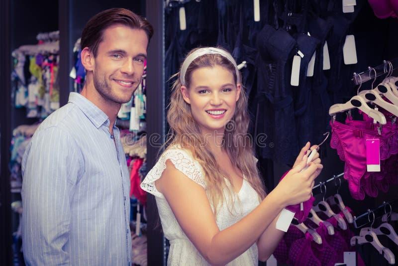 Download Vitesses De Achat De Sous-vêtements De Couples Mignons Photo stock - Image du rapport, lifestyle: 56489558