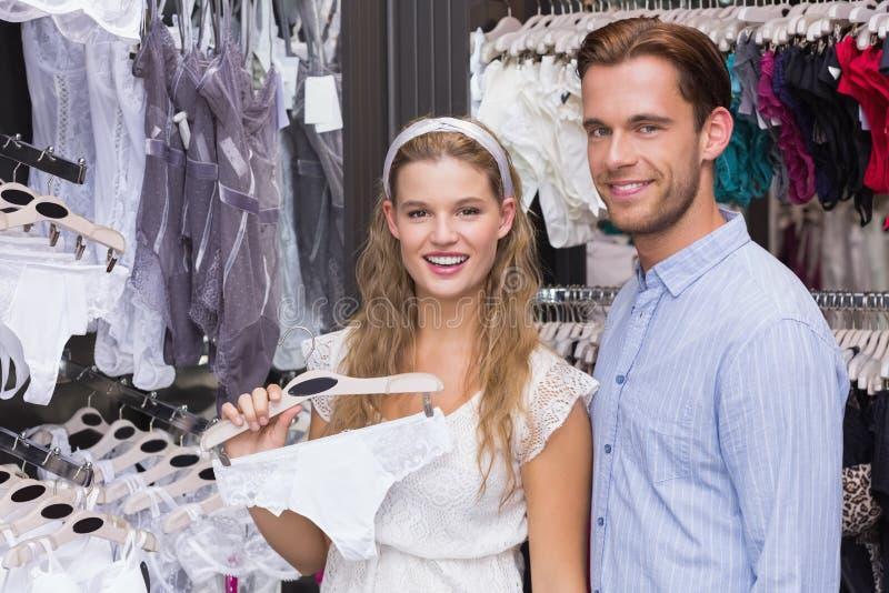 Download Vitesses De Achat De Sous-vêtements De Couples Mignons Image stock - Image du femelle, activités: 56490163