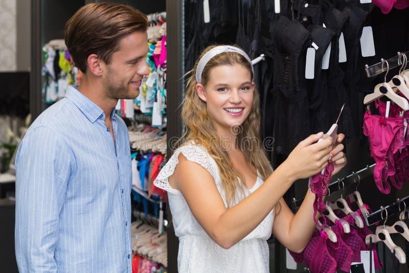 Download Vitesses De Achat De Sous-vêtements De Couples Mignons Photo stock - Image du lifestyle, couples: 56490216