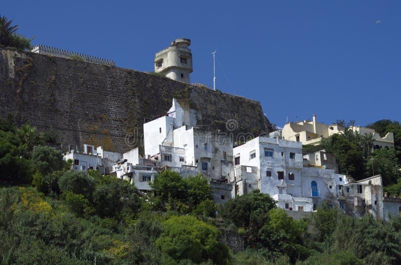Vithus och fästning på berget i Tangier, Marocko royaltyfria foton