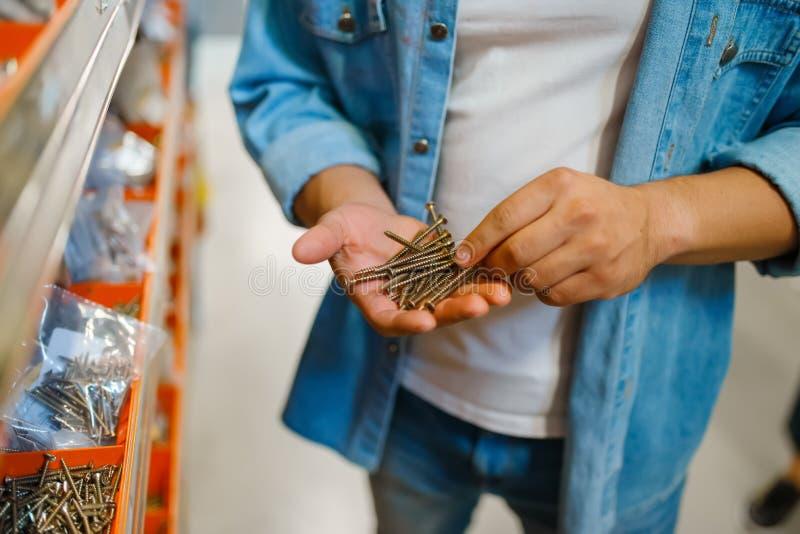 Viti di maschiatura per l'acquisto da parte del consumatore in un negozio di hardware immagine stock
