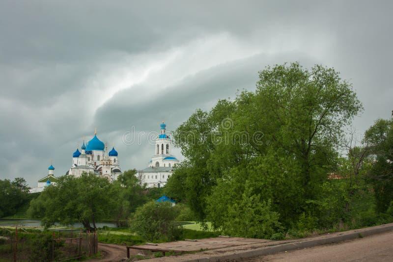 Vitkyrka med blåa kupoler och sceniska moln, Bogolubovo, Ryssland arkivfoto