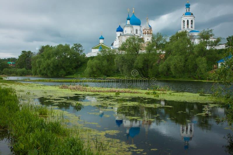 Vitkyrka med blåa kupoler och sceniska moln, Ryssland royaltyfria foton