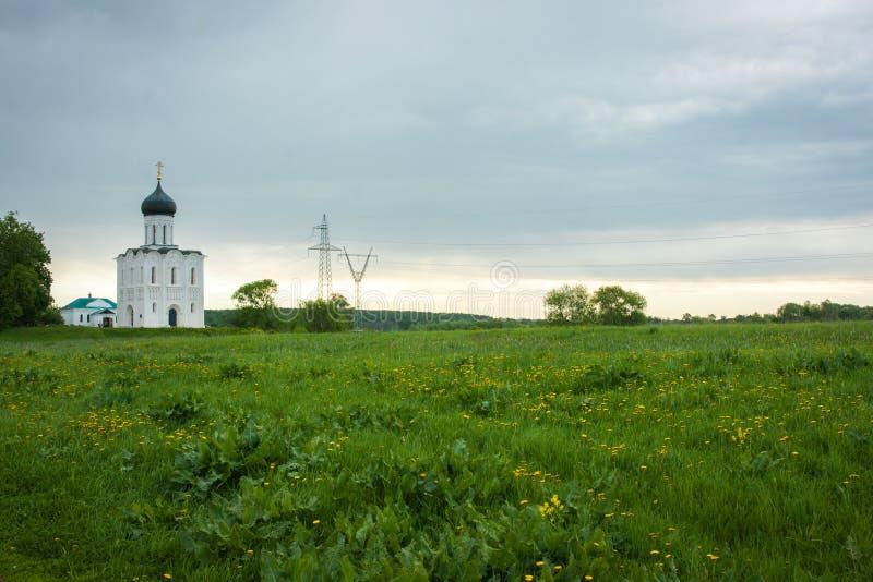 Vitkyrka med blåa kupoler och sceniska moln, Ryssland arkivbilder