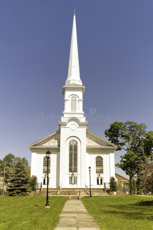 Vitkyrka med den högväxta kyrktorn royaltyfri fotografi