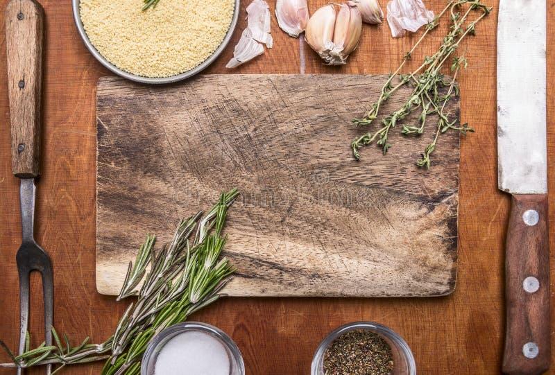 Vitlök för gaffel för kött för Couscousörtkniv och salt smaktillsatsskärbräda Ingrediensträlantligt bakgrundsslut upp bästa sikt arkivbilder