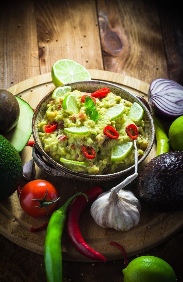 Vitlök för lök för limefrukt för peppar för chili för tomat för deg för mellanmålpartiavokado arkivfoton