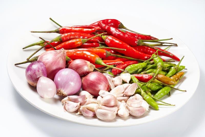 Vitlök och lök och röd torkad peppar för chili arkivbilder