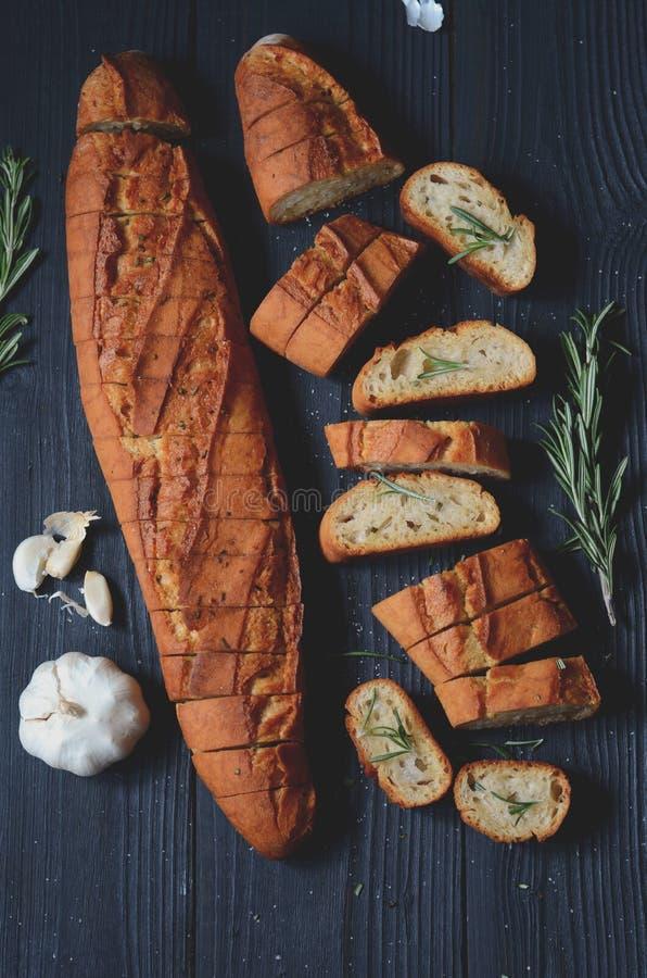 Vitlökbröd med rosmarin arkivfoton