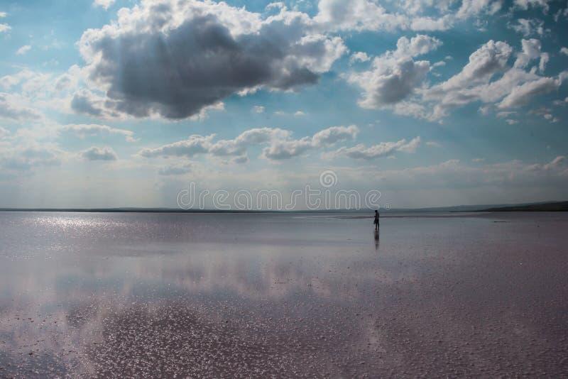 Vitmoln och blå himmel reflekterade i sjön arkivfoton
