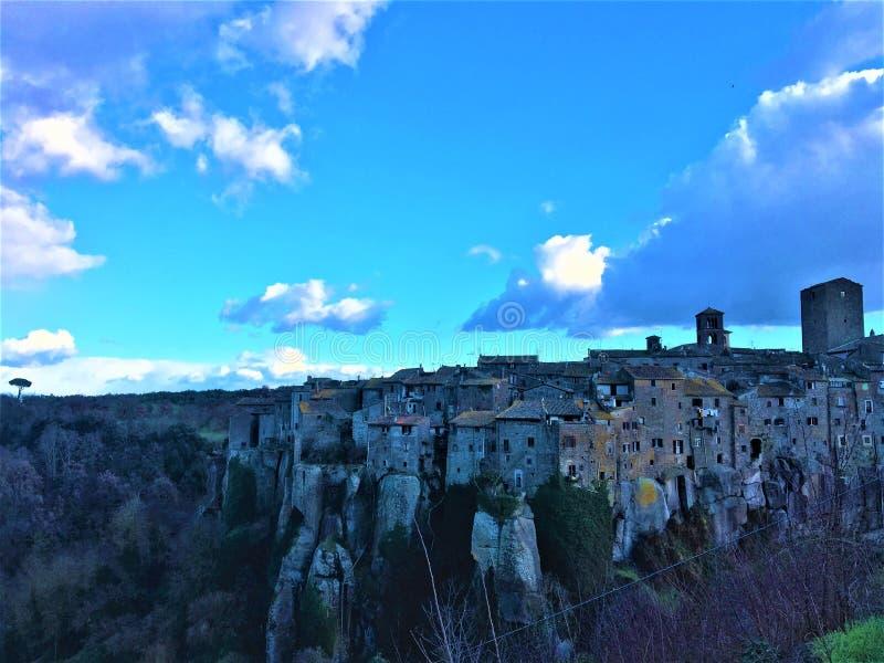 Vitorchiano, πόλη Etruscan κοντά στη Ρώμη, Ιταλία Τοπίο, απότομος βράχος, κτήρια Μεσαιώνων και ουρανός στοκ φωτογραφίες