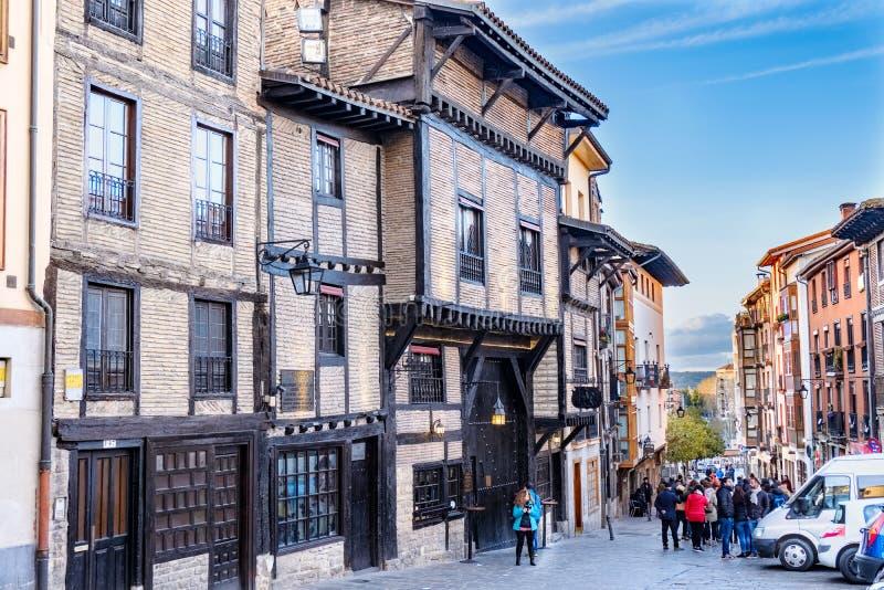 Vitoria, Espanha 22 de abril de 2018: Rua típica na parte velha da cidade, com as casas com as fachadas de casas do tijolo e fotos de stock