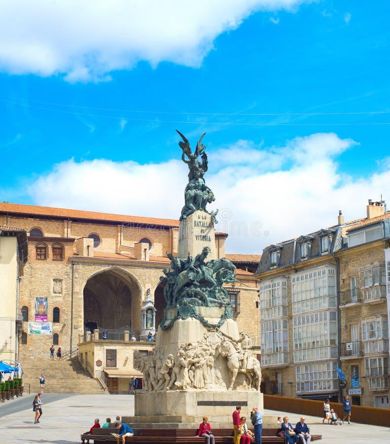 VITORIA, SPAGNA - 11 AGOSTO 2017: La gente al BLANCA di Virgen quadra con il monumento che commemora la battaglia di Vitoria fotografia stock libera da diritti
