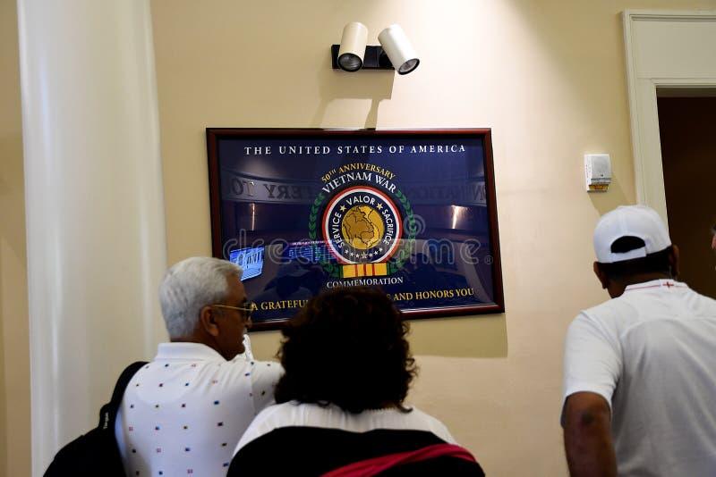 VITORS PRZY ARLINGTON CEMENTRY W VIRGINA usa obrazy royalty free