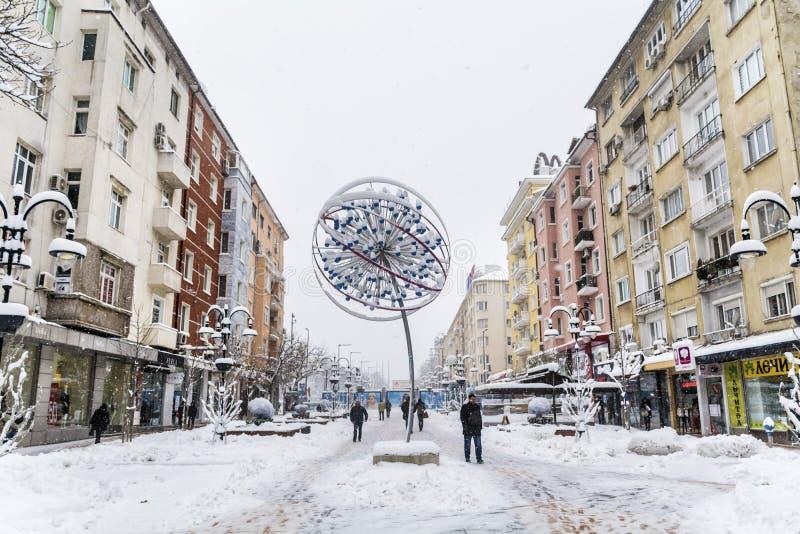 Vitosha-Straße mit Schnee in Sofia, Bulgarien Blume im Schnee stockfotos