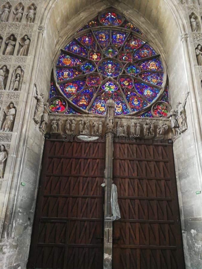 Vitrage dans Cathédrale àReims arkivfoton