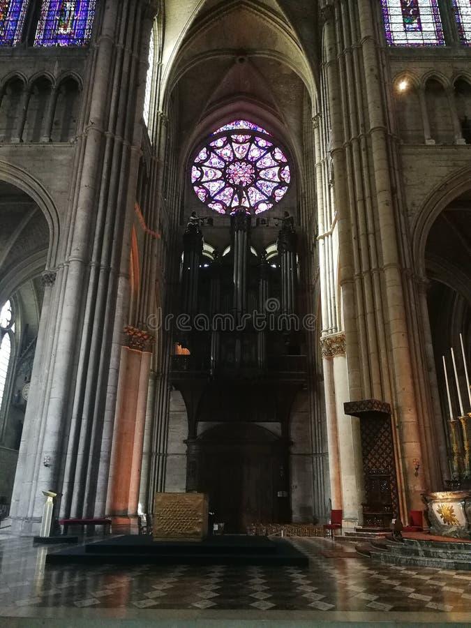 Vitrage et dans Cathédrale à Reimsdei orgues fotografie stock