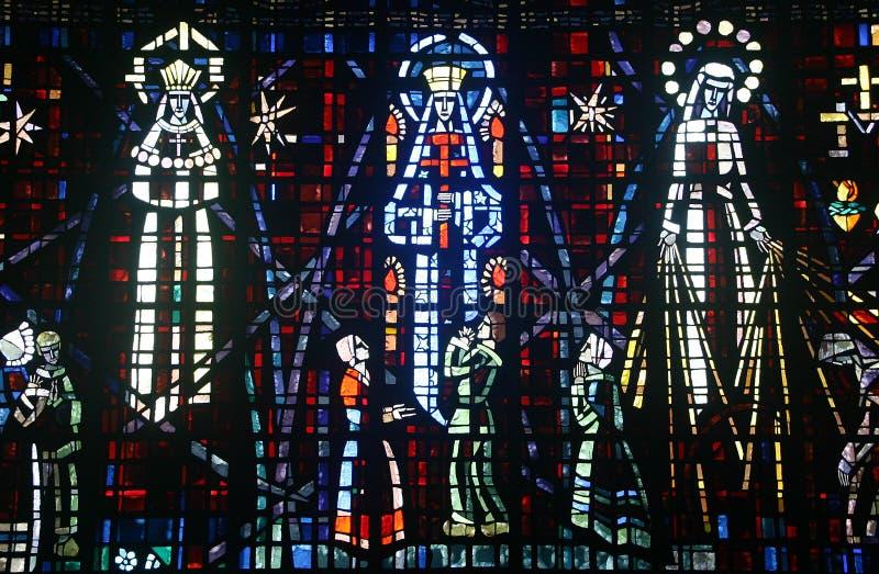 Vitrail coloré dans l'église sans image stock