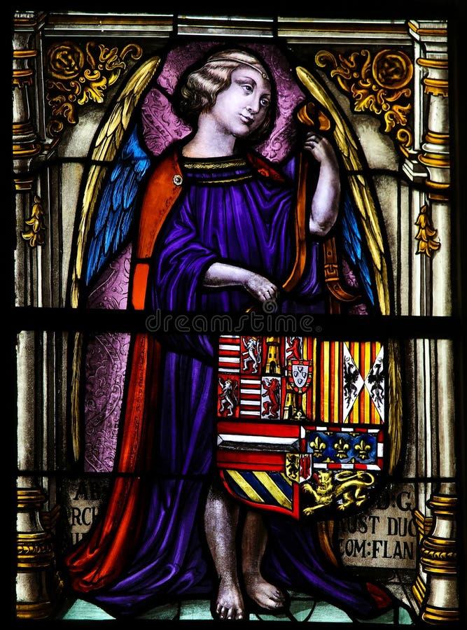 Vitral, ángel que sostiene un escudo de armas imágenes de archivo libres de regalías