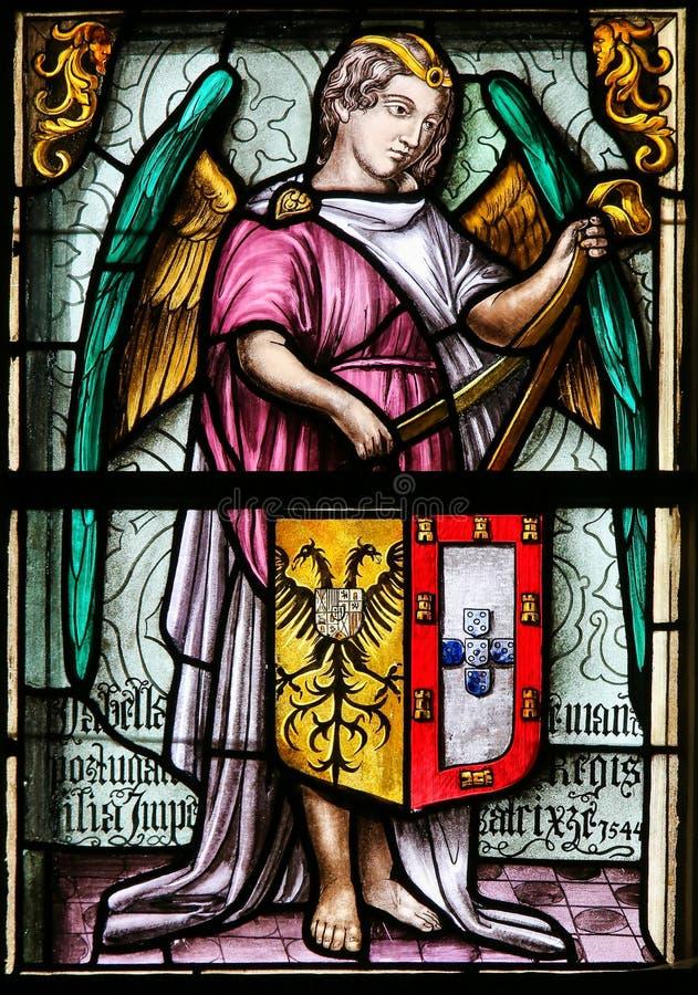 Vitral, ángel que sostiene un escudo de armas fotografía de archivo