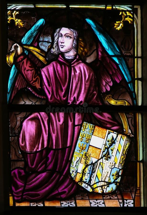 Vitral, ángel que sostiene un escudo de armas foto de archivo libre de regalías