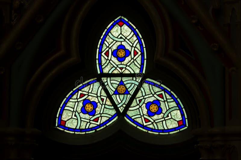 Vitral abstracto en la capilla de la abadía de Chaalis fotos de archivo