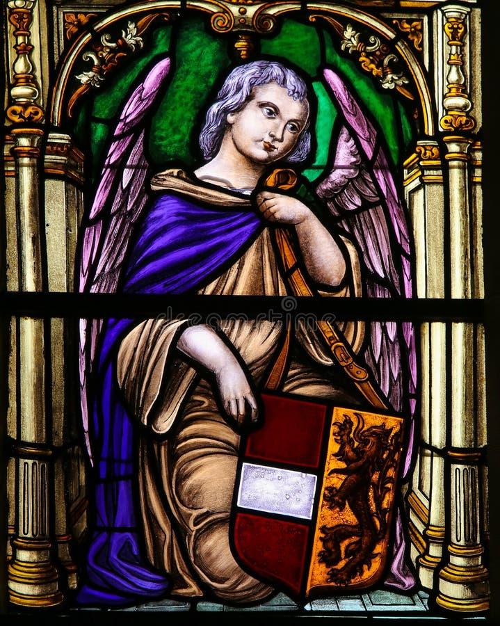 Vitral, anjo que guarda uma brasão fotografia de stock