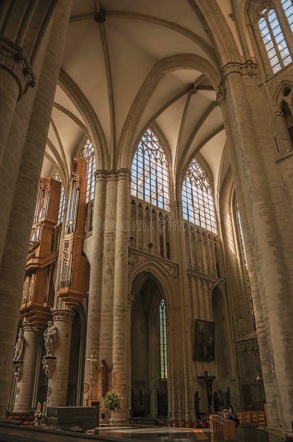 Vitral, colunas e altar no St Michael e na catedral do St Gudula em Bruxelas fotos de stock royalty free