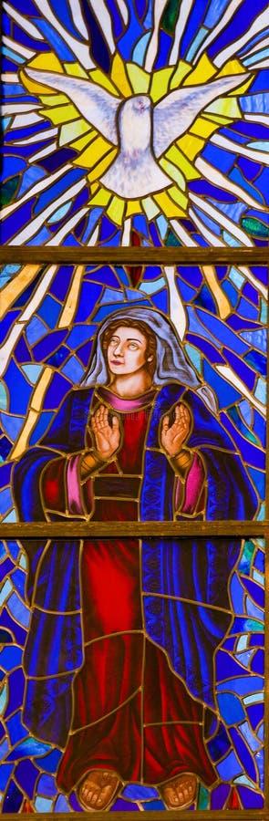 Vitral da mãe Mary e o Espírito Santo no Madri Cathe foto de stock