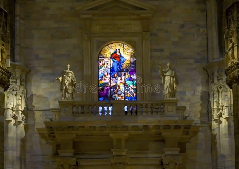 Vitral de la ascendencia de Maria, dentro de Milan Cathedral, la iglesia de la catedral de Milán, Lombardía, Italia foto de archivo