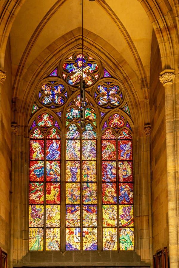 Vitral desde adentro en St Vitus Cathedral, en Praga imagen de archivo libre de regalías