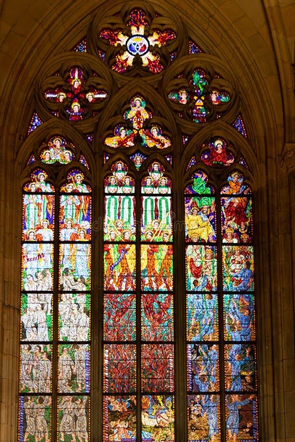 Vitral desde adentro en St Vitus Cathedral, en Praga imagen de archivo